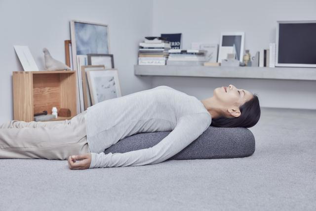 首や背中をしっかりしたポジションに導いてくれる、おしゃれでインテリアを壊さない小石のような形の電動マッサージ器「soft stone」を紹介。1995年にスウェーデンのストックホルムで結成したデザインチーム「Claesson Koivisto Rune」によるデザインです。2
