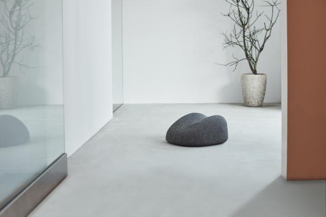 首や背中をしっかりしたポジションに導いてくれる、おしゃれでインテリアを壊さない小石のような形の電動マッサージ器「soft stone」を紹介。1995年にスウェーデンのストックホルムで結成したデザインチーム「Claesson Koivisto Rune」によるデザインです。3