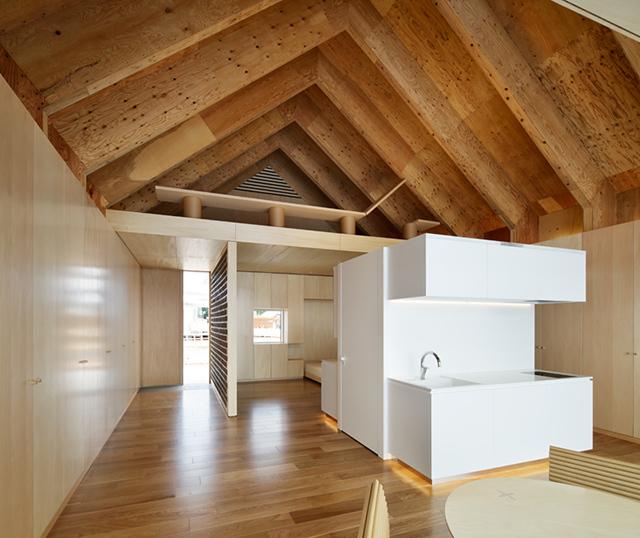 かつて家を持つことは一世一代の買い物だったが、今住まいのあり方が多様化し、これからは「家のつくり方」も変化する。「HOUSE VISION 2」で建築家・坂 茂さんとコラボしたLIXILの「凝縮と開放の家」の展示計画に携わった水野治幸さんと冨岡陽一郎さんに、これからの家づくりについてうかがった。24