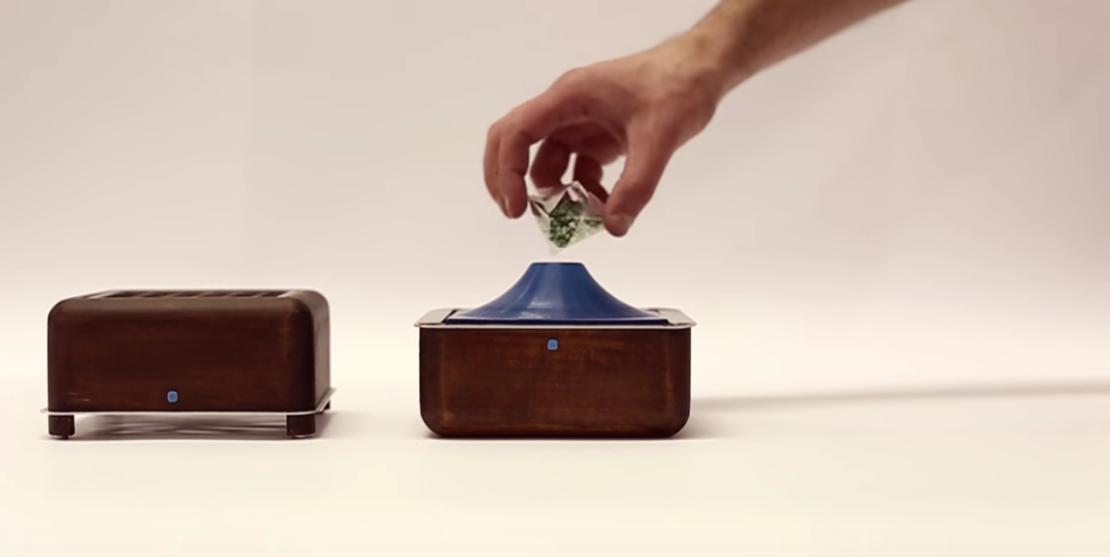 イタリア出身のデザイナー2人が作った超小型エアコン「Geizeer」は、なんと1日(24時間)の使用コストが1セント(約1円)という驚きの省エネ家電。冷蔵庫で冷やした付属のアイスパックをセットし、蓋を閉めるだけのエコフレンドリーなアイテム。16