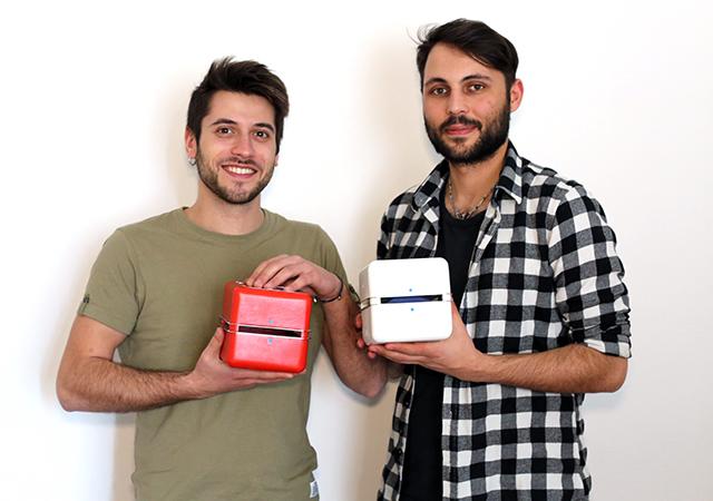 イタリア出身のデザイナー2人が作った超小型エアコン「Geizeer」は、なんと1日(24時間)の使用コストが1セント(約1円)という驚きの省エネ家電。冷蔵庫で冷やした付属のアイスパックをセットし、蓋を閉めるだけのエコフレンドリーなアイテム。11