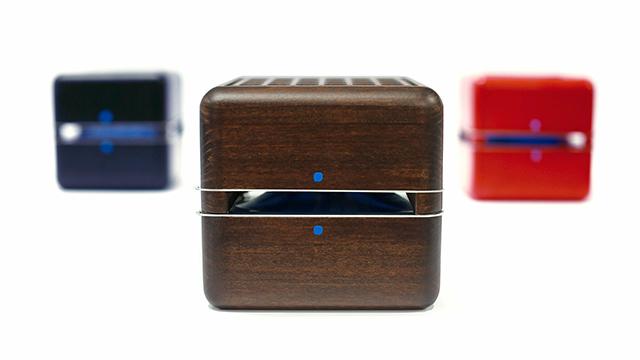 イタリア出身のデザイナー2人が作った超小型エアコン「Geizeer」は、なんと1日(24時間)の使用コストが1セント(約1円)という驚きの省エネ家電。冷蔵庫で冷やした付属のアイスパックをセットし、蓋を閉めるだけのエコフレンドリーなアイテム。3