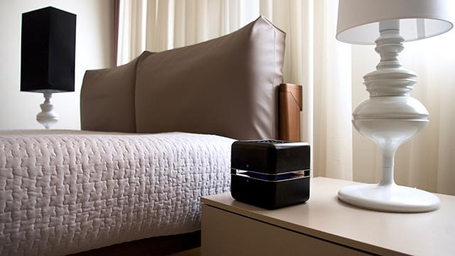 イタリア出身のデザイナー2人が作った超小型エアコン「Geizeer」は、なんと1日(24時間)の使用コストが1セント(約1円)という驚きの省エネ家電。冷蔵庫で冷やした付属のアイスパックをセットし、蓋を閉めるだけのエコフレンドリーなアイテム。7
