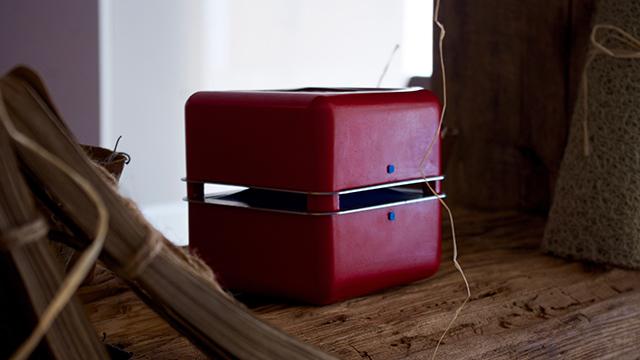 イタリア出身のデザイナー2人が作った超小型エアコン「Geizeer」は、なんと1日(24時間)の使用コストが1セント(約1円)という驚きの省エネ家電。冷蔵庫で冷やした付属のアイスパックをセットし、蓋を閉めるだけのエコフレンドリーなアイテム。8