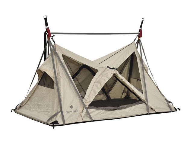 アウトドアブランドのsnow peakから発売されている「スカイネスト」を紹介します。文字通り宙に浮かぶハンギングスタイルのテント。地上を離れて過ごすテントで、これまでにない、緩やかな風を感じられます。価格は158,000円(税別)です。
