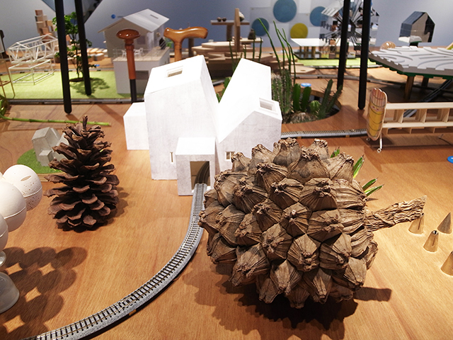 建築の情報を発信するTOTOギャラリー・間では、鈴野浩一さんと禿真哉さんによる、空気の器やKLASKAを設計した建築家ユニット・トラフ建築設計事務所の個展を開催中。訪れる人を楽しませることを主眼に置き、トラフ建築設計事務所の世界に引き込む今回の展覧会は、秋のお出かけやデートにぴったりです。5