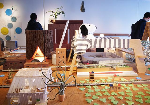 建築の情報を発信するTOTOギャラリー・間では、鈴野浩一さんと禿真哉さんによる、空気の器やKLASKAを設計した建築家ユニット・トラフ建築設計事務所の個展を開催中。訪れる人を楽しませることを主眼に置き、トラフ建築設計事務所の世界に引き込む今回の展覧会は、秋のお出かけやデートにぴったりです。8