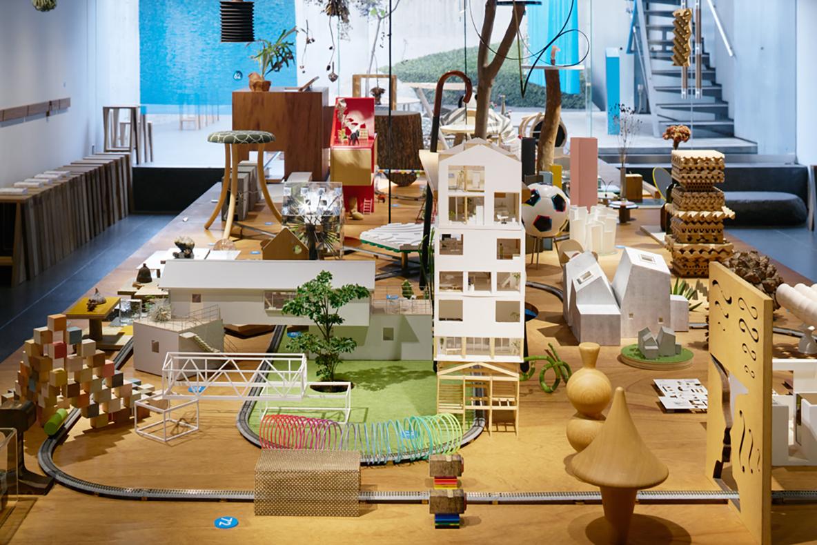 建築の情報を発信するTOTOギャラリー・間では、鈴野浩一さんと禿真哉さんによる、空気の器やKLASKAを設計した建築家ユニット・トラフ建築設計事務所の個展を開催中。訪れる人を楽しませることを主眼に置き、トラフ建築設計事務所の世界に引き込む今回の展覧会は、秋のお出かけやデートにぴったりです。2