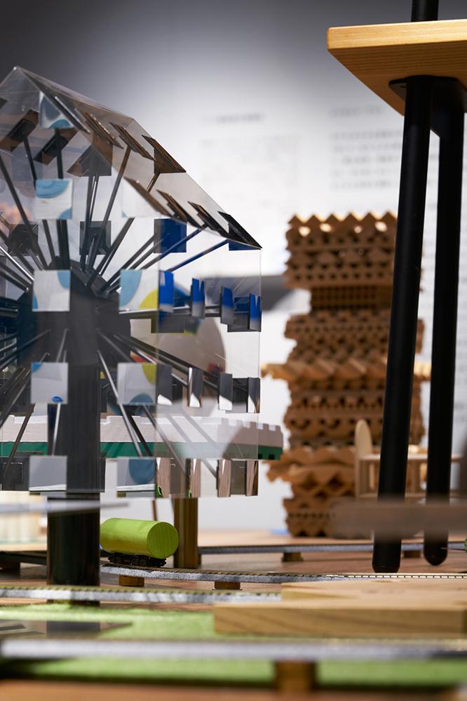 建築の情報を発信するTOTOギャラリー・間では、鈴野浩一さんと禿真哉さんによる、空気の器やKLASKAを設計した建築家ユニット・トラフ建築設計事務所の個展を開催中。訪れる人を楽しませることを主眼に置き、トラフ建築設計事務所の世界に引き込む今回の展覧会は、秋のお出かけやデートにぴったりです。3