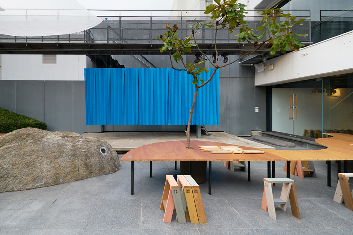 建築の情報を発信するTOTOギャラリー・間では、鈴野浩一さんと禿真哉さんによる、空気の器やKLASKAを設計した建築家ユニット・トラフ建築設計事務所の個展を開催中。訪れる人を楽しませることを主眼に置き、トラフ建築設計事務所の世界に引き込む今回の展覧会は、秋のお出かけやデートにぴったりです。6