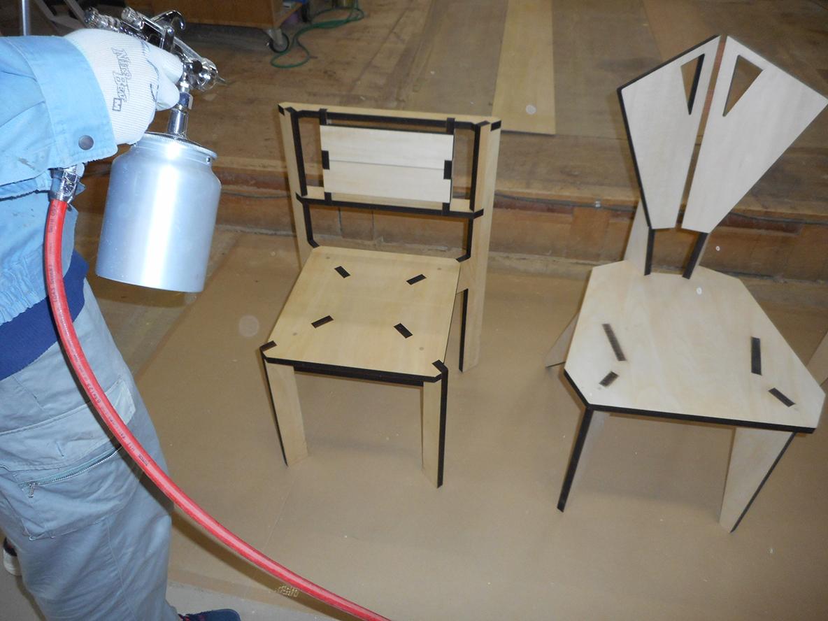 家具づくりで木材を切ったり削ったりする過程で生まれる廃棄物。家具を作る上で生まれる廃棄物にデザインを与え、アートピースに昇華したのが、山崎製作所による、レーザープリンターでカッティングされた椅子「スカラベ」だ。2脚の椅子を切り出した板から、自分で組み立ててDIYできる。2