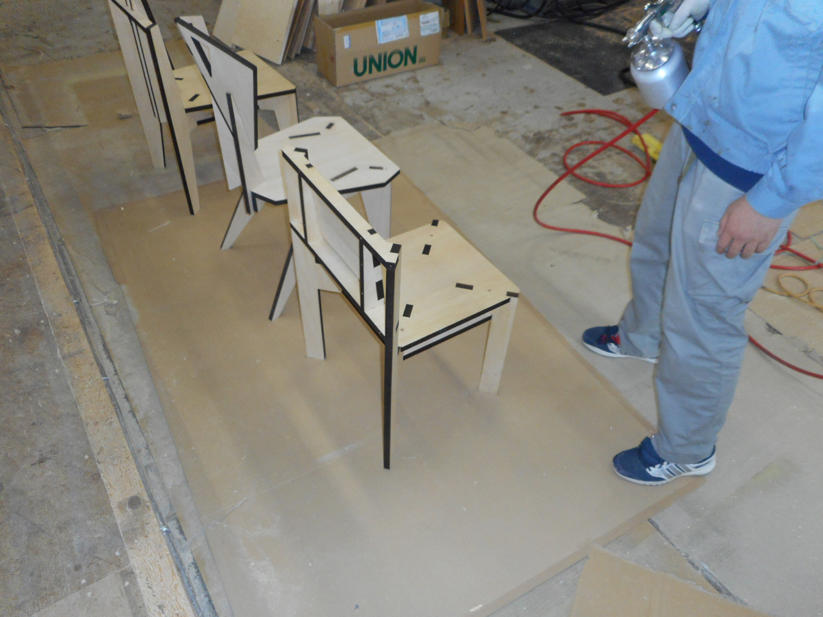 家具づくりで木材を切ったり削ったりする過程で生まれる廃棄物。家具を作る上で生まれる廃棄物にデザインを与え、アートピースに昇華したのが、山崎製作所による、レーザープリンターでカッティングされた椅子「スカラベ」だ。2脚の椅子を切り出した板から、自分で組み立ててDIYできる。3