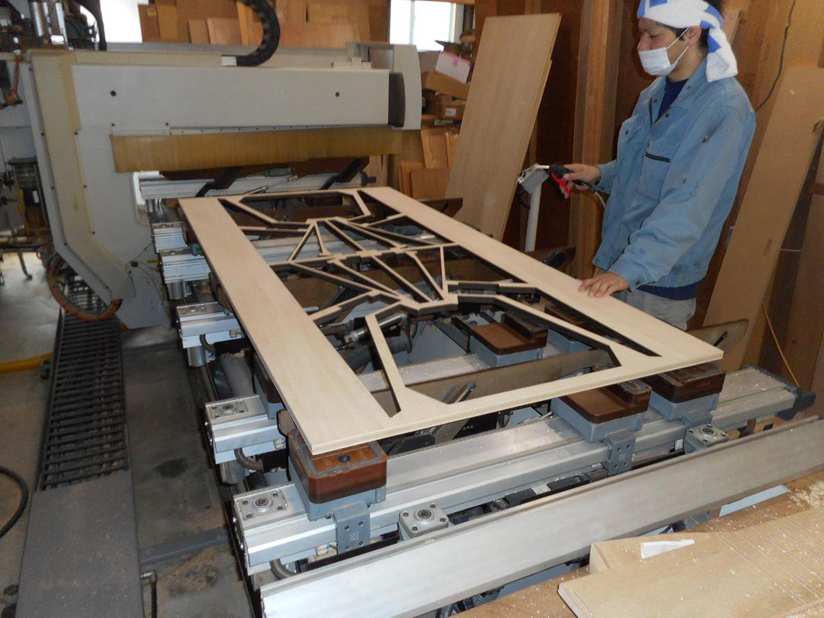 家具づくりで木材を切ったり削ったりする過程で生まれる廃棄物。家具を作る上で生まれる廃棄物にデザインを与え、アートピースに昇華したのが、山崎製作所による、レーザープリンターでカッティングされた椅子「スカラベ」だ。2脚の椅子を切り出した板から、自分で組み立ててDIYできる。_4