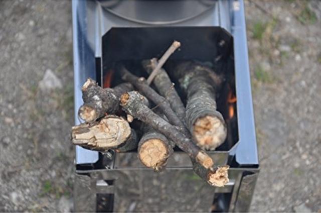 薪で火を起こすことが出来る携帯型のロケットストーブ「マキコン」のご紹介。ガスやアルコールを使わないので燃料代が節約できるエコなストーブです。ツーバーナーなので、ご飯と汁物を同時に作れるところもポイント高め。2