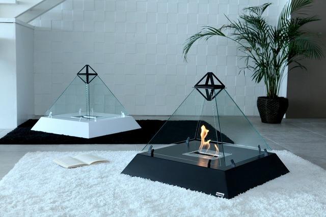 ルーブル美術館にあるガラス張りのピラミッドからアイディアを受けた美しいバイオエタノール暖炉「 Louvre」。全面ガラス張りのため、360°どこからでも炎を眺めることができます。燃料はバイオエタノールなので、灰も煙も出ません。6