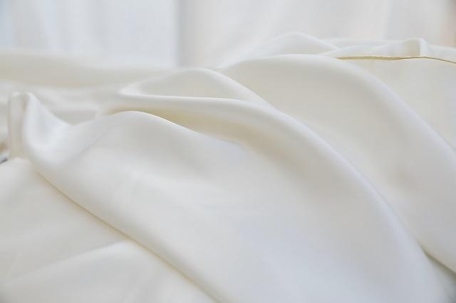 枕をはじめとする寝具・睡眠グッズの企画開発などを行う「まくら」が発売する「極上まくら」。日本の枕史上、最高値となる8万円(税別)の商品です!ポーランド産シルバーグースダウンなど、ケースから素材まで、あらゆる部分に最高級の素材を使用しています。枕カバーはシルクを使用しています。