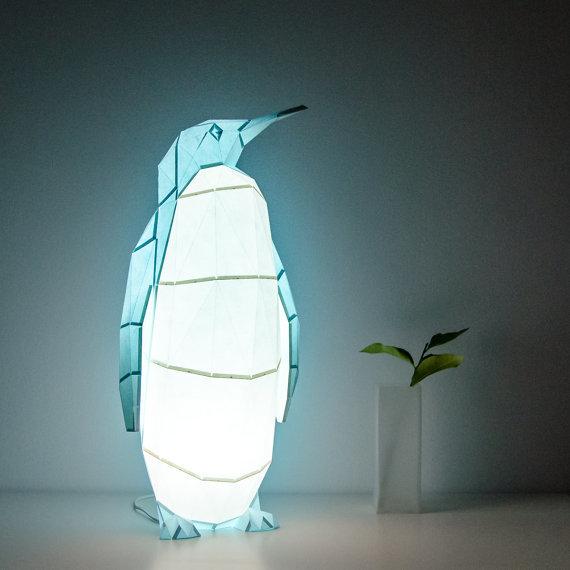 「OWL paperlamps」は、日本の折り紙からアイデアを得た、おしゃれでかわいいランプ。子供部屋にピッタリ。優しい光と愛らしい動物の形が、リラックスできる空間を演出します。明かりをつけた時はもちろん、明かりが消えているときもインテリアとして楽しめますよ。8