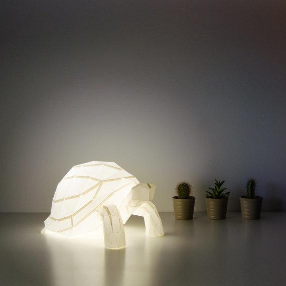 「OWL paperlamps」は、日本の折り紙からアイデアを得た、おしゃれでかわいいランプ。子供部屋にピッタリ。優しい光と愛らしい動物の形が、リラックスできる空間を演出します。明かりをつけた時はもちろん、明かりが消えているときもインテリアとして楽しめますよ。1