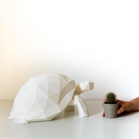 「OWL paperlamps」は、日本の折り紙からアイデアを得た、おしゃれでかわいいランプ。子供部屋にピッタリ。優しい光と愛らしい動物の形が、リラックスできる空間を演出します。明かりをつけた時はもちろん、明かりが消えているときもインテリアとして楽しめますよ。2