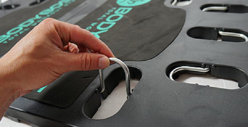 軽量・コンパクトで持ち運び可能な家庭用トレーニング器具「BodyBoss 2.0」を紹介。バンドの位置・長さを調節し、自分のレベル・ニーズに合ったトレーニングをカスタマイズできる。3種類の持ち手を付け替えることで、全身のトレーニングが可能。