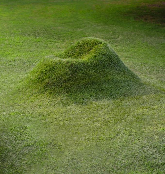 芝生の種と土、段ボールを使って自分で育てる新感覚のソファ「TERRA!」を紹介します。2000年にミラノで開催された国際家具見本市「サローネサテリテ」で初めて「TERRA!」が紹介され、再度生産を始めました。「TERRA!」は、世界にひとつしかない家具を作れます。2005年に売り切れになりました。