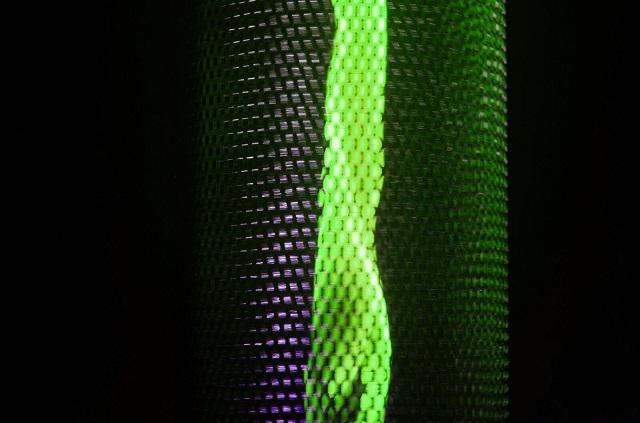 人工的な明かりに疲れてしまった人にオススメ。実際の炎を照明にした、斬新なアイデアのクラウドファウンディングプロジェクト「Flameflex」の紹介です。バッテリーとUSBコネクタがついていて、10時間連続で使用可能で、安全性も保証されています。
