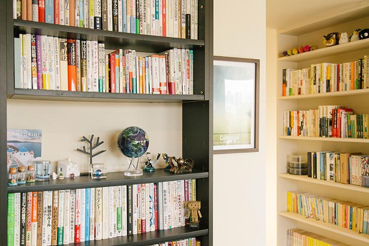 たくさん本が並ぶ本棚
