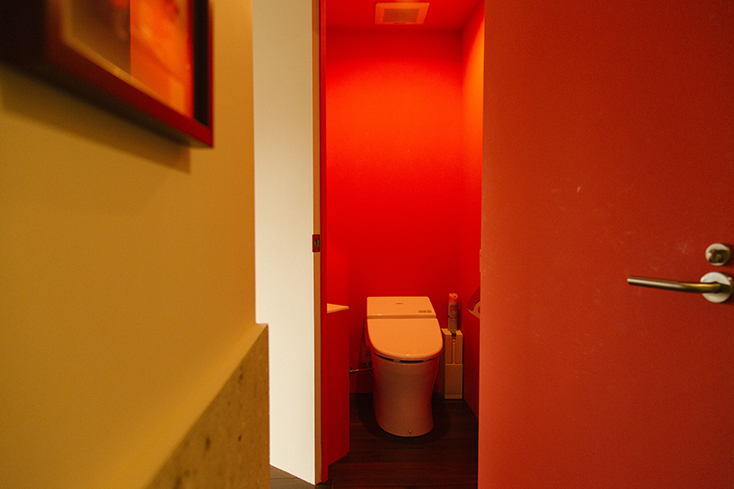 赤色がかわいいトイレ