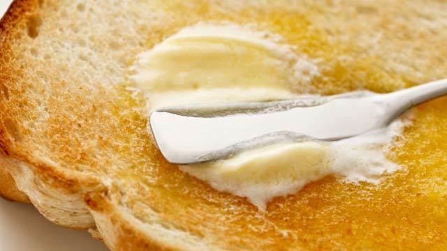 バター、それはなんと素晴らしいものなのか。バターを味わうには、上手く伸ばし広げなければいけないが、冷蔵庫に入れると固さが気になる。バターは常温保存したほうが良い理由を解説。1