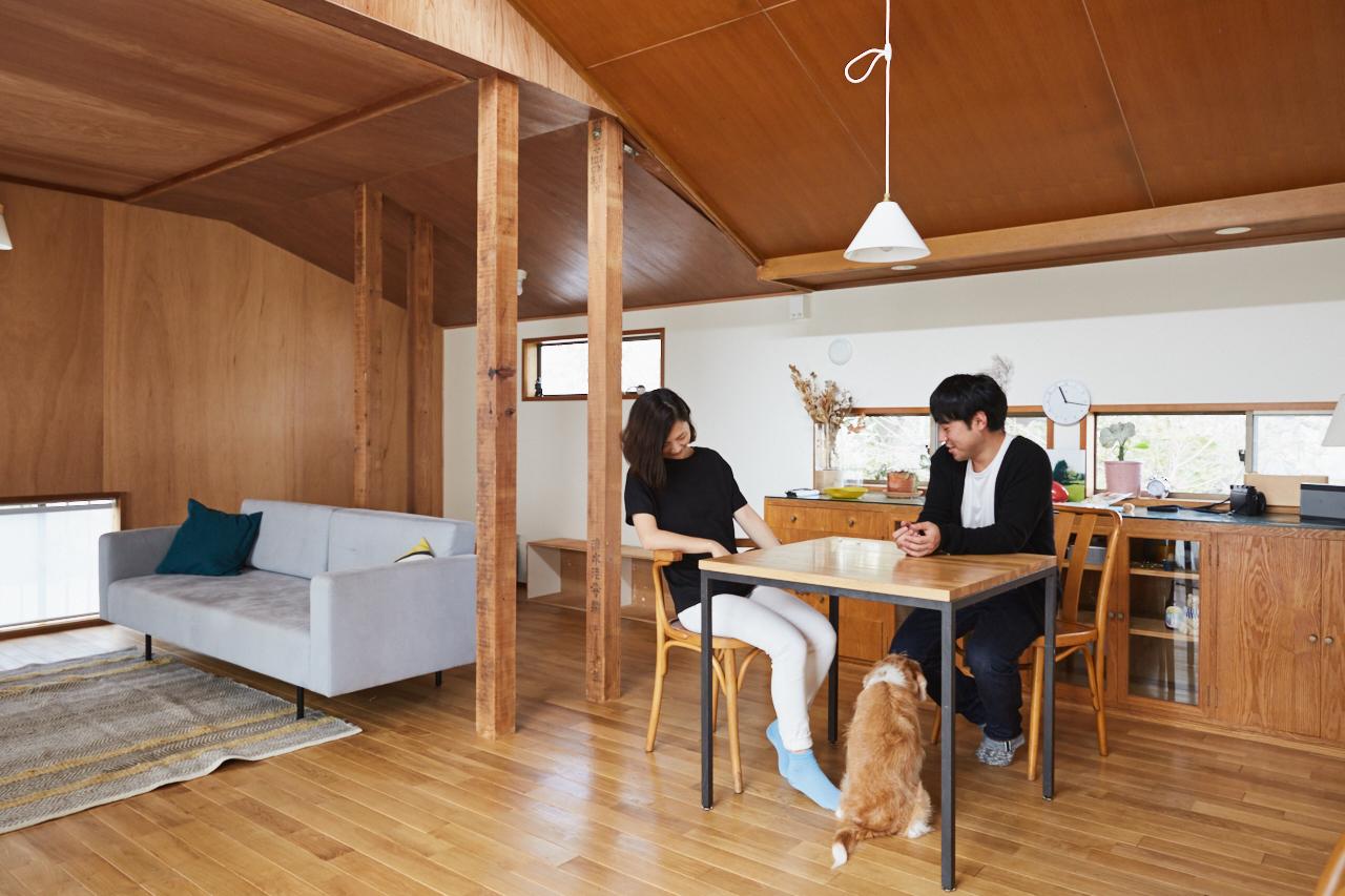 人気連載「みんなの部屋」vol.47。部屋づくりのアイデア、お気に入りの家具やアイテムなどの紹介を通して、リアルでさまざまな「暮らしの在り方」にフォーカスします。 今回は荻窪に住むフォトグラファー(後藤さん) 編集者・ディレクター(綾子さん)の部屋を紹介。