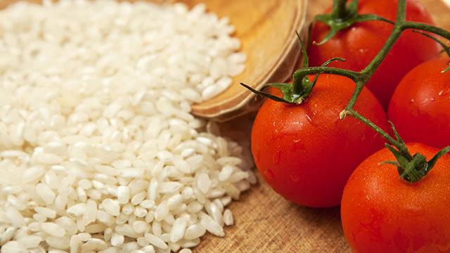 そのまま食べても、何かと一緒に食べても美味しい「トマト炊き込みご飯」の作り方は超簡単。風味がアップして味も最高に美味しいのに、材料はトマトだけ。今夜にでも実践できるので、ぜひお試しあれ。