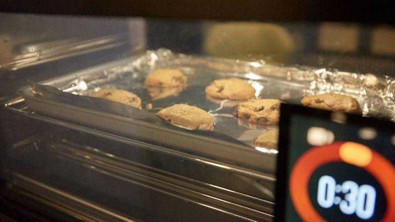 「The June Oven」は、IoTを活用したスマートオーブンで、とても賢いカウンタートップ型のコンベクションオーブン。米国で発売されたばかりの同製品を米Gizmodo、Alex Cranz記者がレビューします。