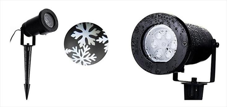 玄関先をライトアップするのにオススメなのは、「LEDイルミネーション 雪の結晶」だ。雪の結晶を映し出せるので、生の木のリースと共に、楽しげな雰囲気を演出してくれる。照度の高いLEDを採用しているので、玄関に限らず、より広い範囲を照らすことも可能だ。
