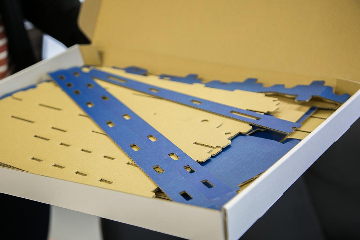 70年間培ってきた刃型製造技術とデザインを組み合わせ、より身近な加工の提案や新しい製品を発信するブランド「catachi」の段ボール製の棚「オルタナ(試供版)」を編集部で作ってみた。すでにパーツが揃っていて、折ったり繋げたりして組み立てると棚に仕上がる。