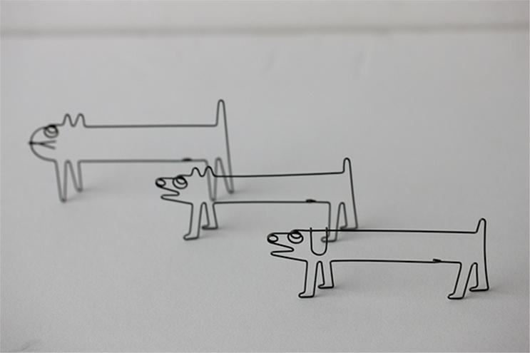 ワイヤーアートを得意とする作家・関昌生さんの手で、針金を使用して作られた、コーヒーフィルターホルダーの紹介。シンプルで素朴でありながら奥行きがあり、素直にコーヒーを楽しめそうなアイテム。キッチンの壁にすっきりまとめることができる、コーヒーフィルターホルダーだ。