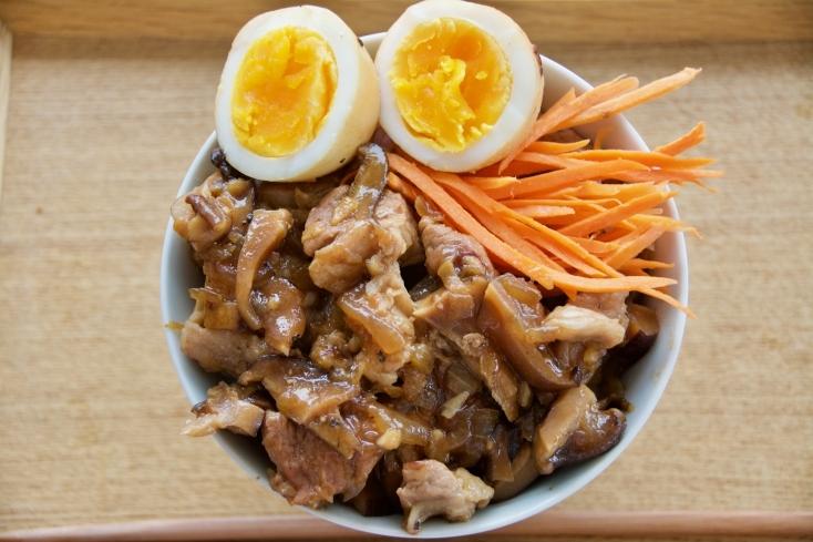 台湾の屋台で売られている、豚肉を調味料でよく煮込んだ八角の効いた「魯肉飯(ルーローハン)」を、自宅で簡単・本格的に再現するレシピをご紹介。熱々のご飯に盛りつけて、ご飯をかきこんで食べたくなる一品です。5
