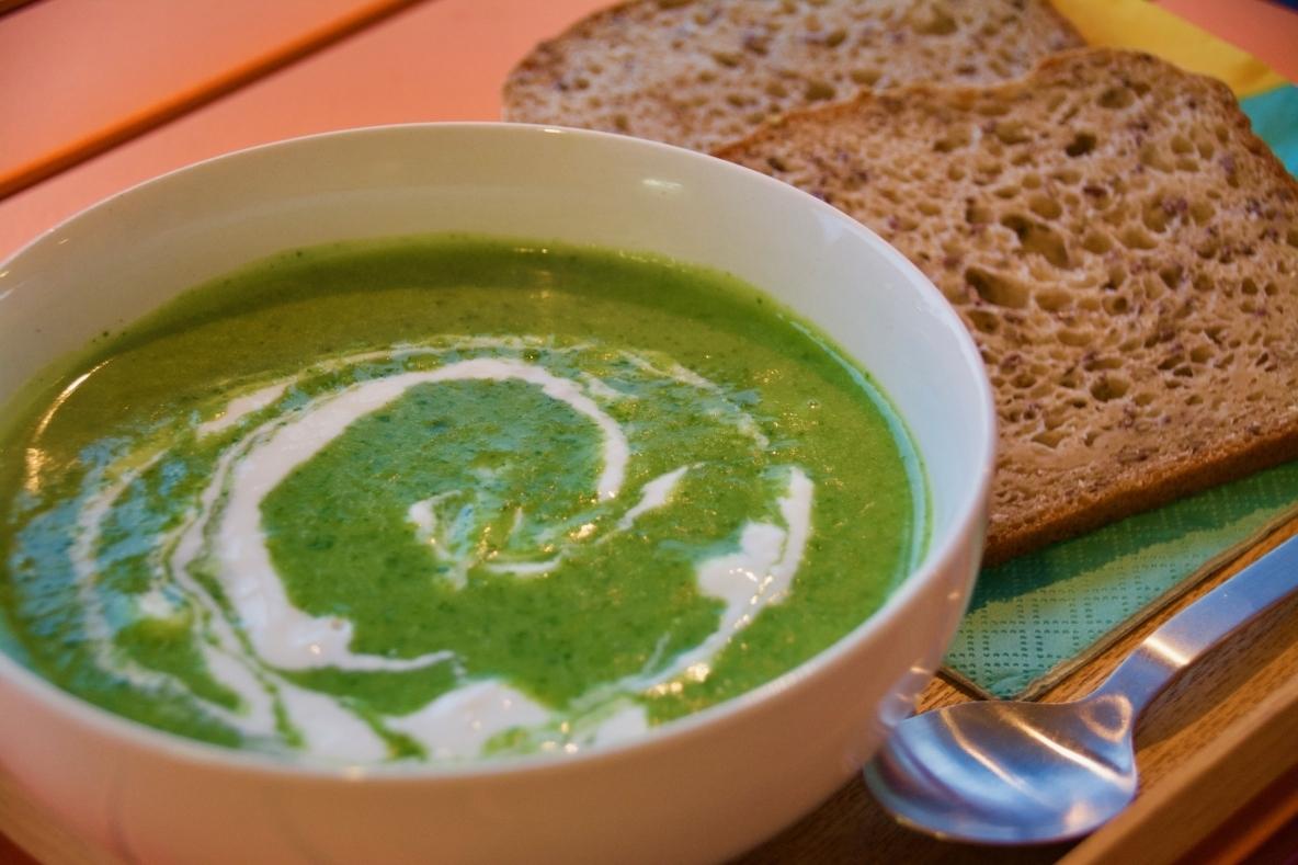 気温がグングンと下がる季節の変わり目には、体が暖まるスープが飲みたくなる。そこでオススメなのが「ほうれん草スープ」だ。じゃがいもやヨーグルトが入っているので、こっくりとした舌触りに仕上がる。 - See more at: https://www.roomie.jp/?p=362727&preview=true#sthash.ZRSdThej.dpuf