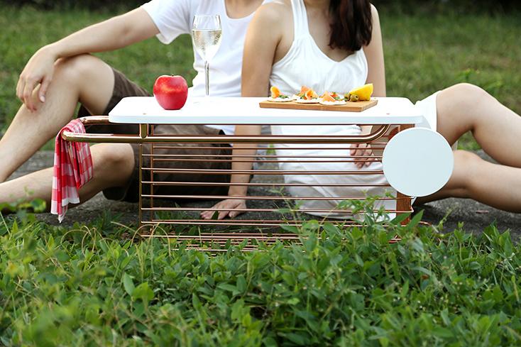一人暮らしだとテーブルに座ってとる食事スタイルは少ないかもしれない。そんなときに「The Missing Dining Table Collection」のクールなアイテムを使ってみてはいかがだろうか。読書中やパーティー中など、多様な食事スタイルに合わせたアイテムだ。