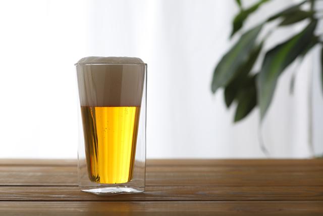 「RayES/レイエス」のダブルウォールグラスについてのご紹介。ガラスが二層のため保冷効果があり、結露の発生を防ぎ素材は耐熱ガラスのためホットでも使用ができる。職人による手作りでスクエア形状の独特のデザインが特徴で、主にインターネットを中心に販売。