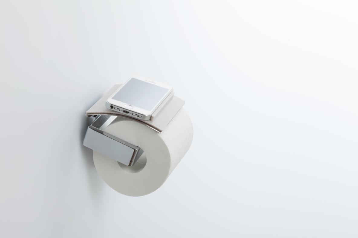 トイレで、スマホや財布などちょっとした物の置き場所に困ったことはないだろうか。そんな「ちょい置き」問題を解決するのが、トイレットペーパーホルダーにつけるトレイ「toilet tray(トイレトレイ)」だ。top
