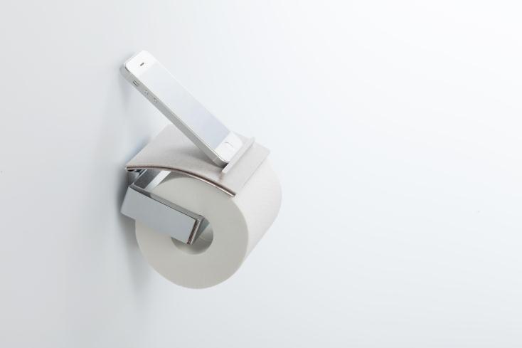 トイレで、スマホや財布などちょっとした物の置き場所に困ったことはないだろうか。そんな「ちょい置き」問題を解決するのが、トイレットペーパーホルダーにつけるトレイ「toilet tray(トイレトレイ)」だ。3