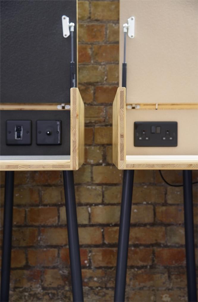 プレーンでスマートな木のデスク「SUITCASE DESK」は、ロンドンをベースに活動するデザイン事務所・Studio TILTによるデザインだ。都心で自分だけのスペースがつくれ、蓋を閉めることができるのでプライバシーも万全。3