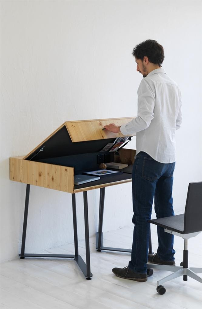 プレーンでスマートな木のデスク「SUITCASE DESK」は、ロンドンをベースに活動するデザイン事務所・Studio TILTによるデザインだ。都心で自分だけのスペースがつくれ、蓋を閉めることができるのでプライバシーも万全。4