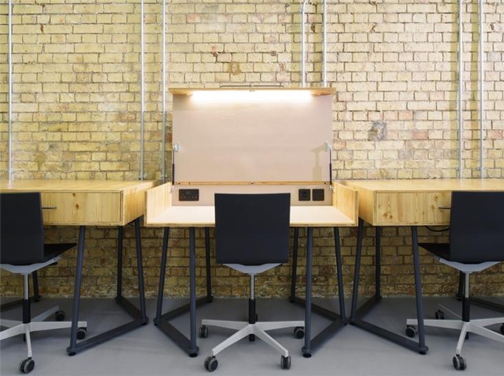 プレーンでスマートな木のデスク「SUITCASE DESK」は、ロンドンをベースに活動するデザイン事務所・Studio TILTによるデザインだ。都心で自分だけのスペースがつくれ、蓋を閉めることができるのでプライバシーも万全。6