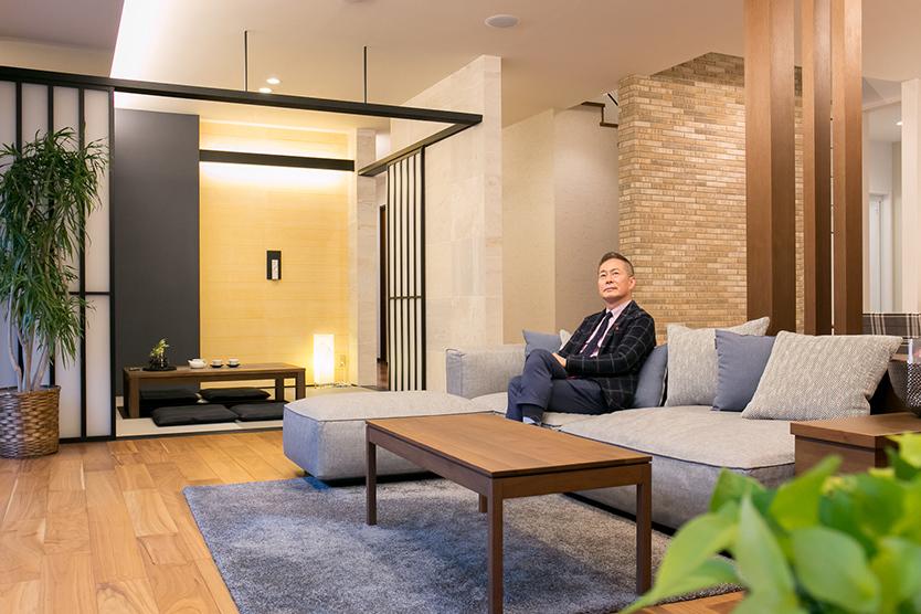 天井が高いダイワハウスの展示場にいる近畿大学建築学部の木村文雄教授