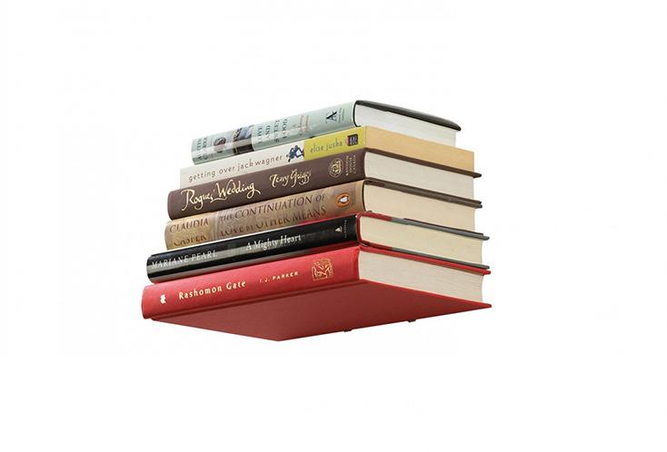 本がそのまま棚になる、まるで本が浮いているように見える金具「CONCEAL BOOK SHELF」の紹介。壁に取り付けた金属のブラケットに本を挟み、あとは重ねていくだけだ。ブラケットは、ただのL字の金具ではない。収納に困った際にはおすすめのアイテムだ。