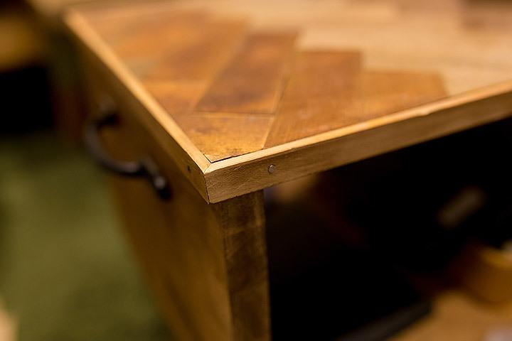 一見難しいと思われがちな「ヘリンボーン柄」をあしらったローテーブルのDIYを紹介、やり方さえ知っていれば、他のDIYにも応用できるし、意外と簡単に作れるのでオススメだ。色味や幅は好みで変えられるのも嬉しい。6
