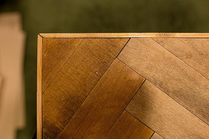 一見難しいと思われがちな「ヘリンボーン柄」をあしらったローテーブルのDIYを紹介、やり方さえ知っていれば、他のDIYにも応用できるし、意外と簡単に作れるのでオススメだ。色味や幅は好みで変えられるのも嬉しい。5