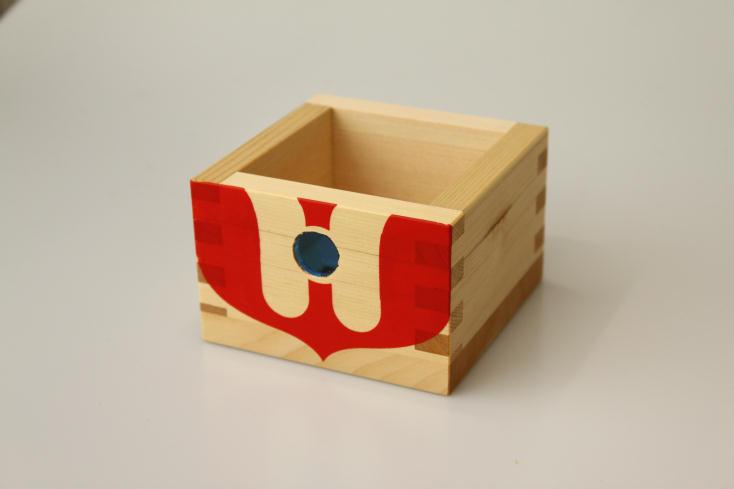ニッポンの魅力を広く紹介するWEB発のプロジェクト・ウルトラJでは、ウルトラマンと岐阜県大垣市の工芸品「木枡」がコラボレーションした「ウルトラマス」を販売。その他スカジャンもあり、お土産やプレゼントに最適。ウルトラマン気分を懐かしみながら、お酒を楽しもう。3