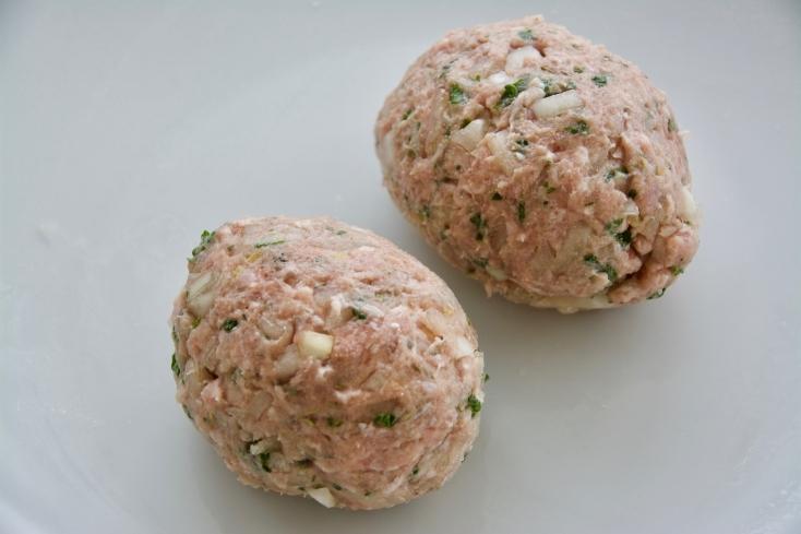 ゆで卵を豚ひき肉で包んで揚げるイギリス料理「スコッチエッグ」のレシピを紹介。クリスマスやイベントにぴったり。ケチャップやデミグラスソースなどさまざまなソースにも合い、うずらの卵で作ると一口サイズで食べることができるのでさらにパーティーメニューとしてもオススメだ。